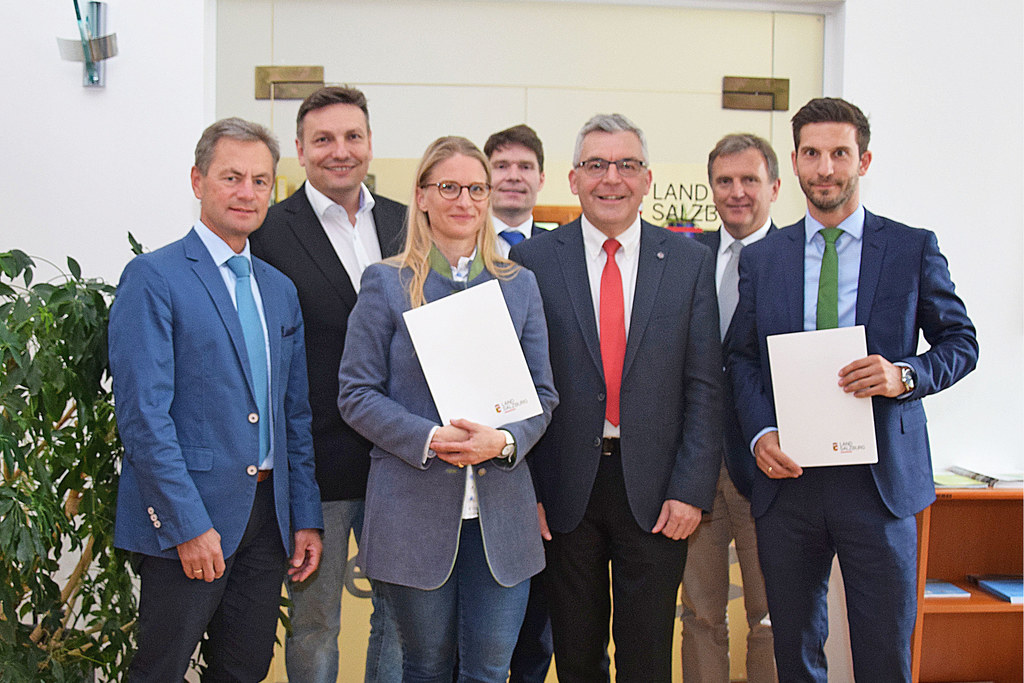 LR Josef Schwaiger überreichte kürzlich die Dekrete an die neuen Referatsleiter,..