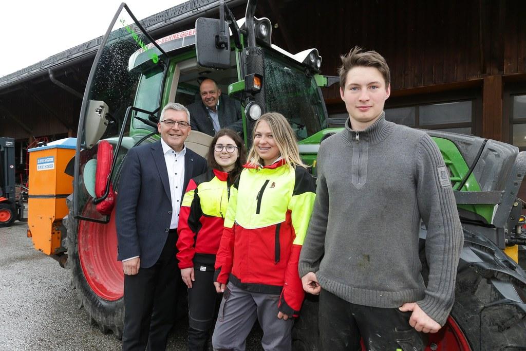 In der LFS Winklhof werden heuer erstmals Dienstleistungsprofis ausgebildet. LR Josef Schwaiger besuchte die Schule und bekam von Direktor Georg Springl (im Traktor) und Schülerinnen und Schülern eine Führung.