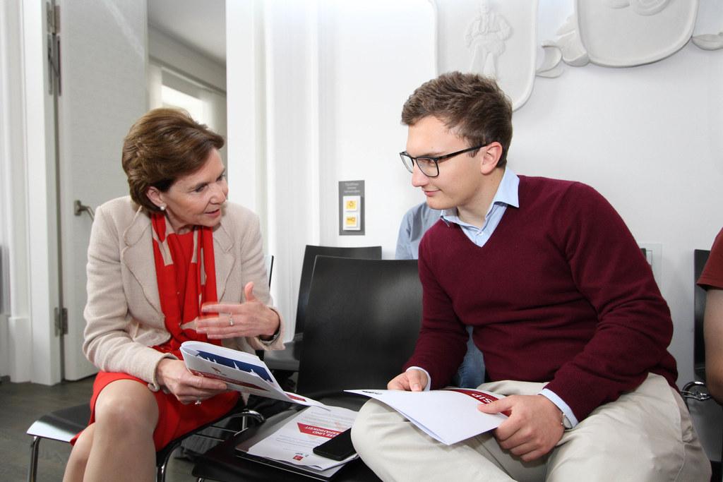 LTP Brigitta Pallauf in Diskussion mit Maximilian Aichinger, Obmann der Schüleru..