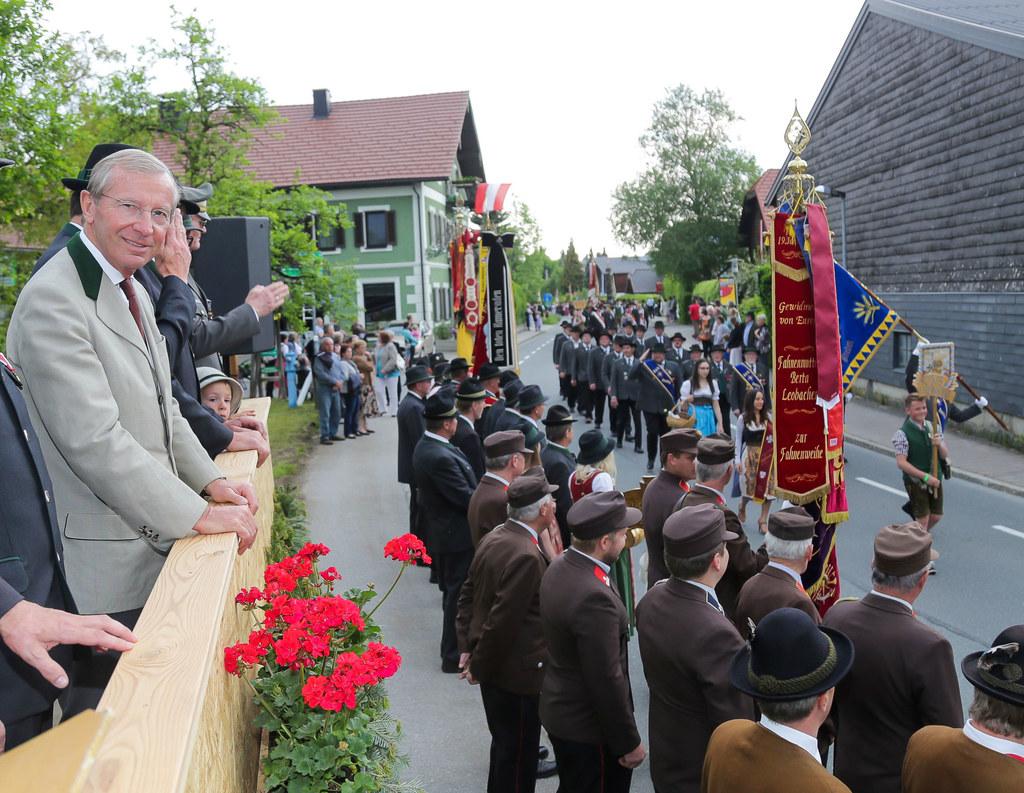 LH Wilfried Haslauer nimmt beim Treffen der Kameradschaftsbünde in Seeham die Pa..