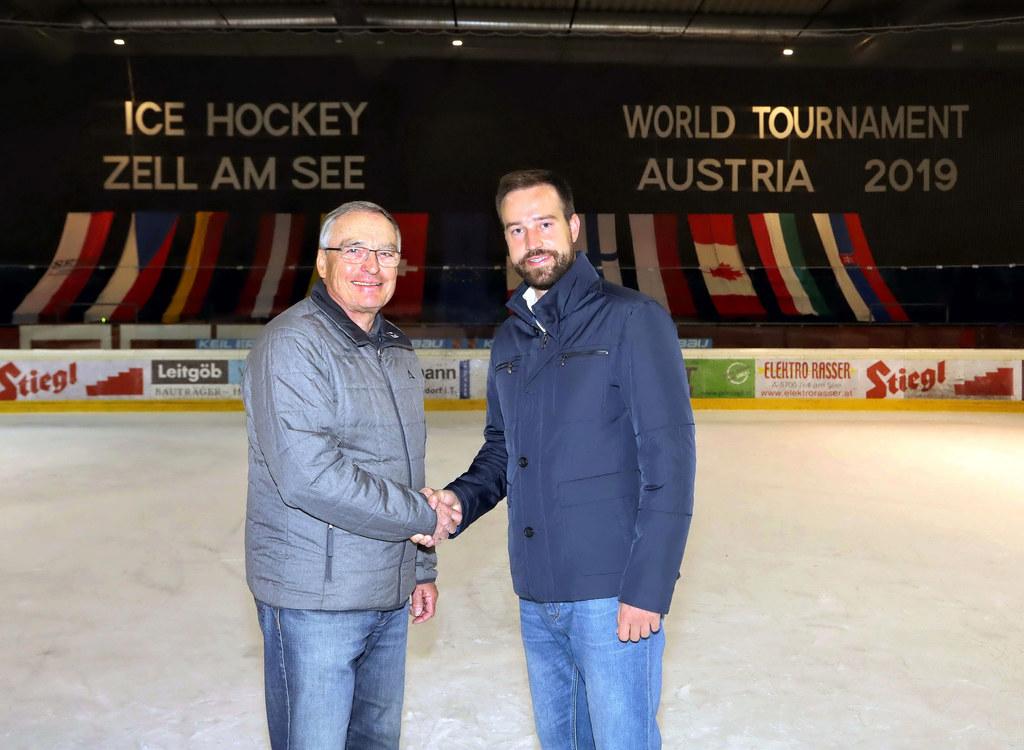 LR Stefan Schnöll, Eishockeyverbands-Präsident Helmuth Mayer (li.) und die Eissp..