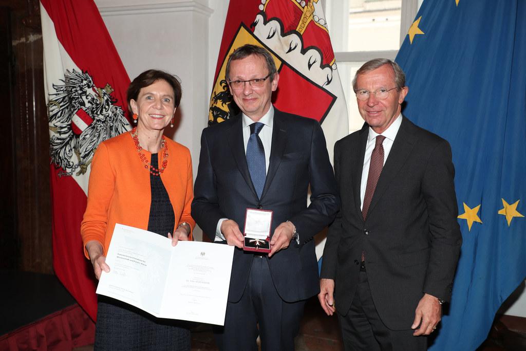 LH Wilfried Haslauer und LTP Brigitta Pallauf bei der Überreichung des Österreic..
