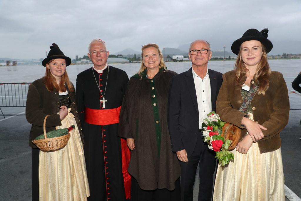 Erzbischof Franz Lackner, Flughafengeschäftsführerin Bettina Ganghofer und LH-St..