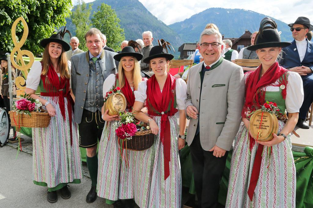 Die Ortsmusikkapelle Strobl feierte ihr 150-Jahre-Jubiläum, im Bild: LR Josef Schwaiger (re.) mit Marketenderinnen und Bürgermeister Josef Weikinger.