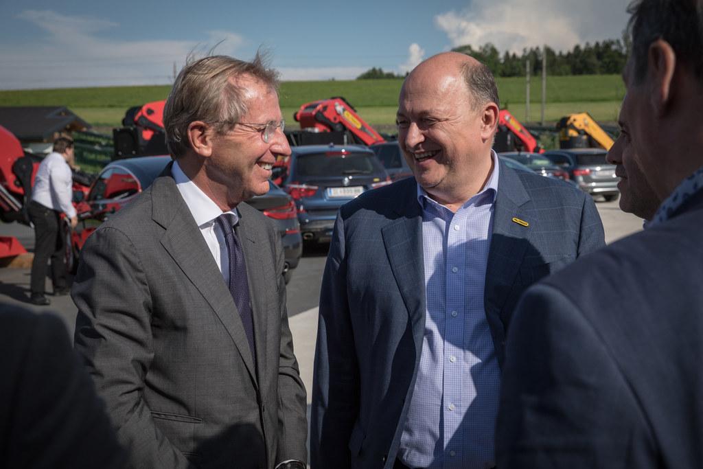 LH Wilfried Haslauer und Vorstandsvorsitzender Andreas Klauser beim Rundgang dur..