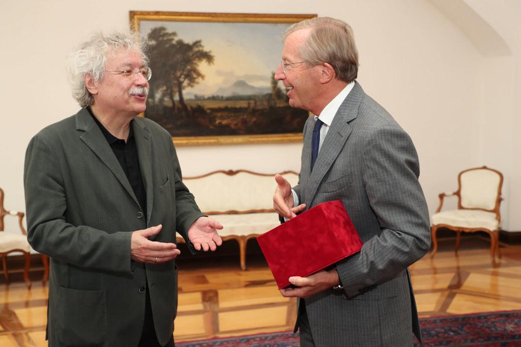 LH Wilfried Haslauer überreichte an den Salzburger Schriftsteller Karl Markus Ga..