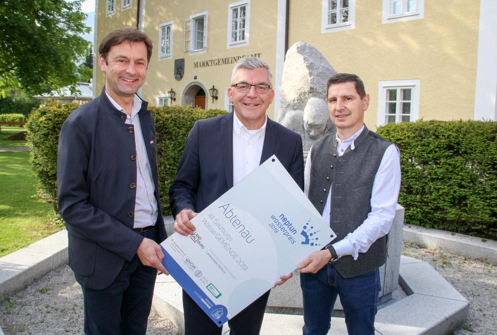 LR Josef Schwaiger überreichet den Neptun-Wasserpreis an Abtenaus Bgm. Johann Sc..