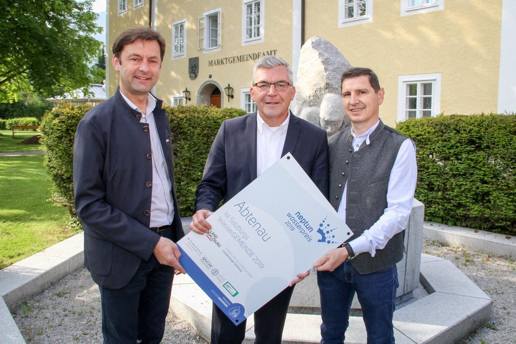 Im Vorjahr konnte die Gemeinde Abtenau den Neptun Wasserpreis in den Tennengau holen. Im Bild Bgm. Johann Schnitzhofer, LR Josef Schwaiger und Tourismus-Obmann Gerhard Wageneder.