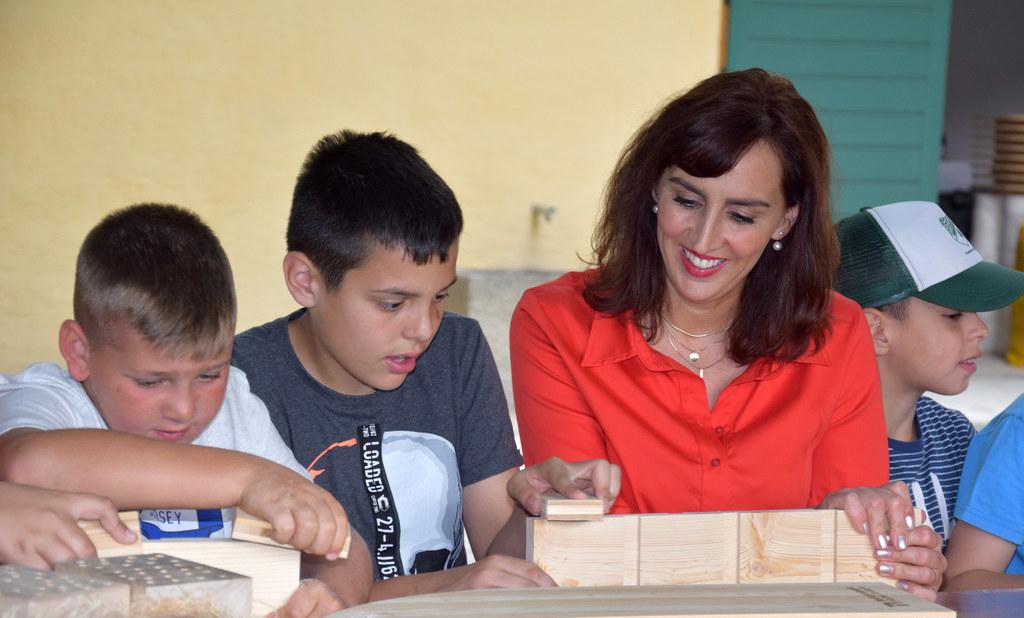 LR Maria Hutter mit Schülern der VS Neualm beim Basteln eines Insektenhotels.