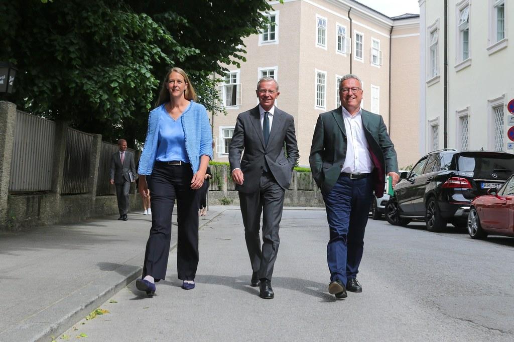 LR Andrea Klambauer, LH Wilfried Haslauer und LH-Stv. Heinrich Schellhorn (re.) ..