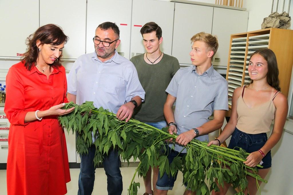 """""""Grünes"""" Dämm-Material: LR Maria Hutter zeigte sich von der Forschung der Schüle.."""