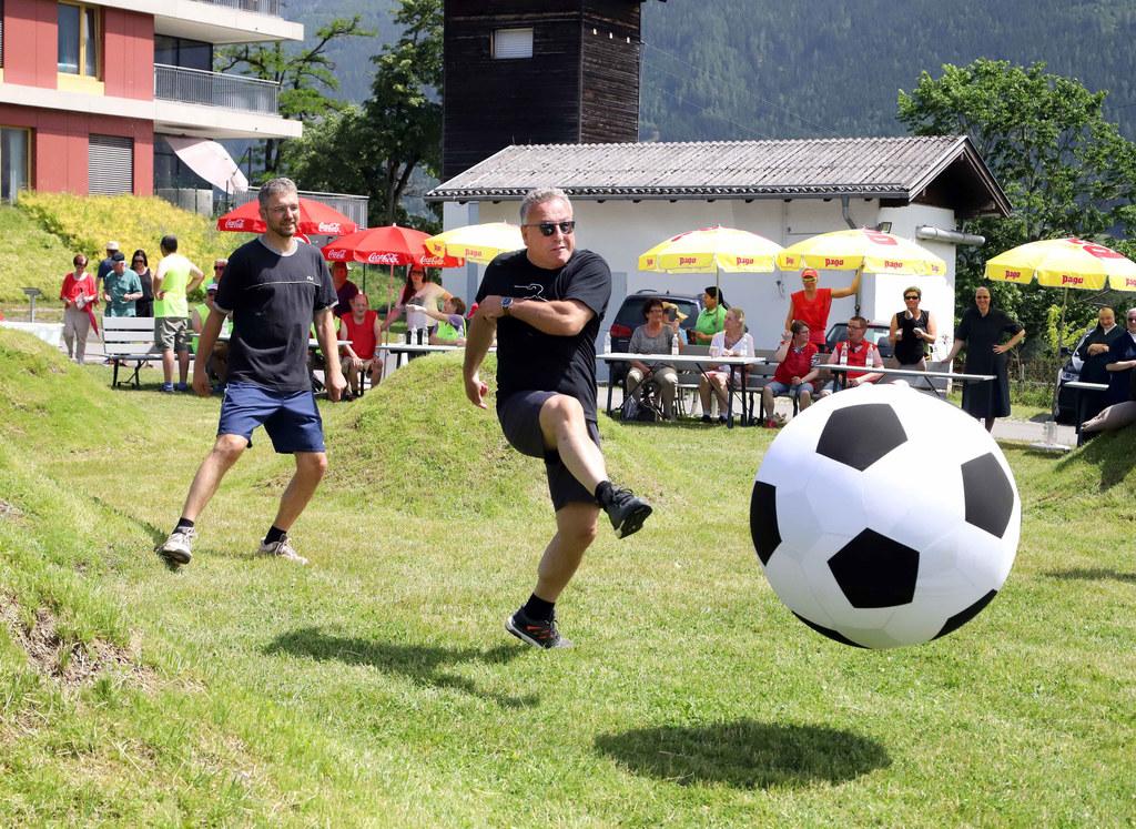LH-Stv. Heinrich Schellhorn kickte beim ungewöhnlichen Fußballturnier auf uneben..