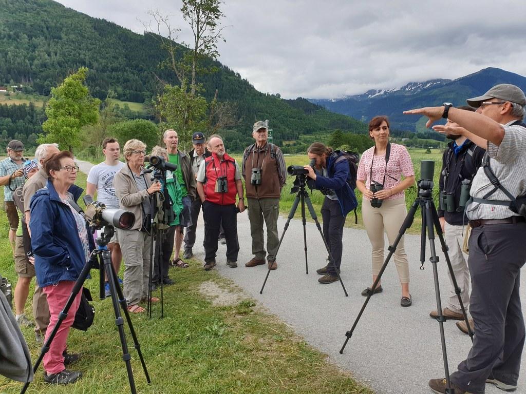 Seltene Tiere und Pflanzen entdecken: LR Maria Hutter bei der Exkursion ins Schu..