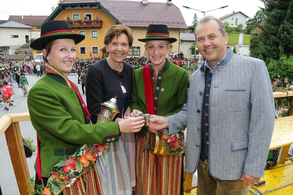 Anstoßen auf 125 Jahre TMK Köstendorf, im Bild Marketenderin Caroline Leitner, L..