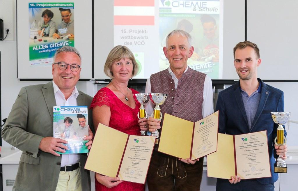 LH-Stv. Heinrich Schellhorn gratulierte den Klassenlehrern Edith Kollmann (NMS Eugendorf) und Severin Lackner (NMS Lamprechtshausen) und Martin Kogler (Bundeshandelsakademie Tamsweg, rechts) zu den Auszeichnungen beim Chemie-Projektwettbewerb.