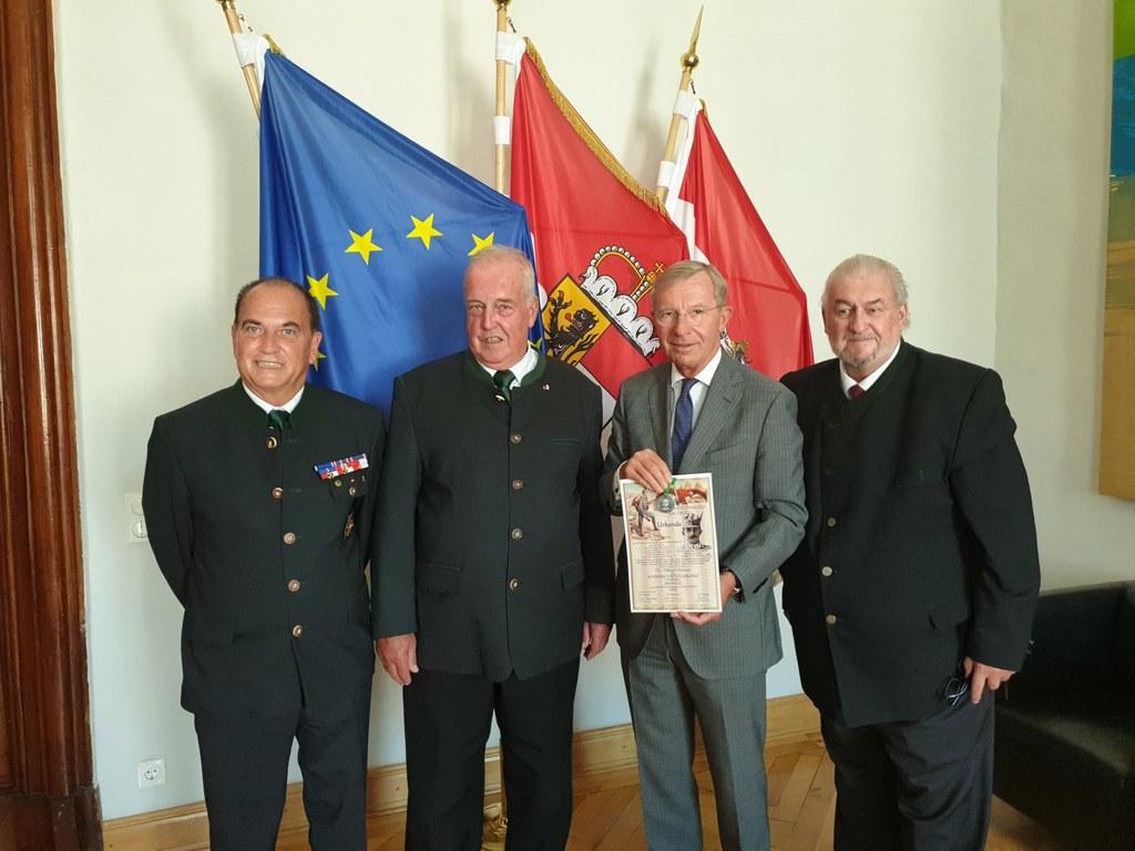 Eine Urkunde und eine Medaille erhielt LH Wilfried Haslauer von einer Abordnung ..