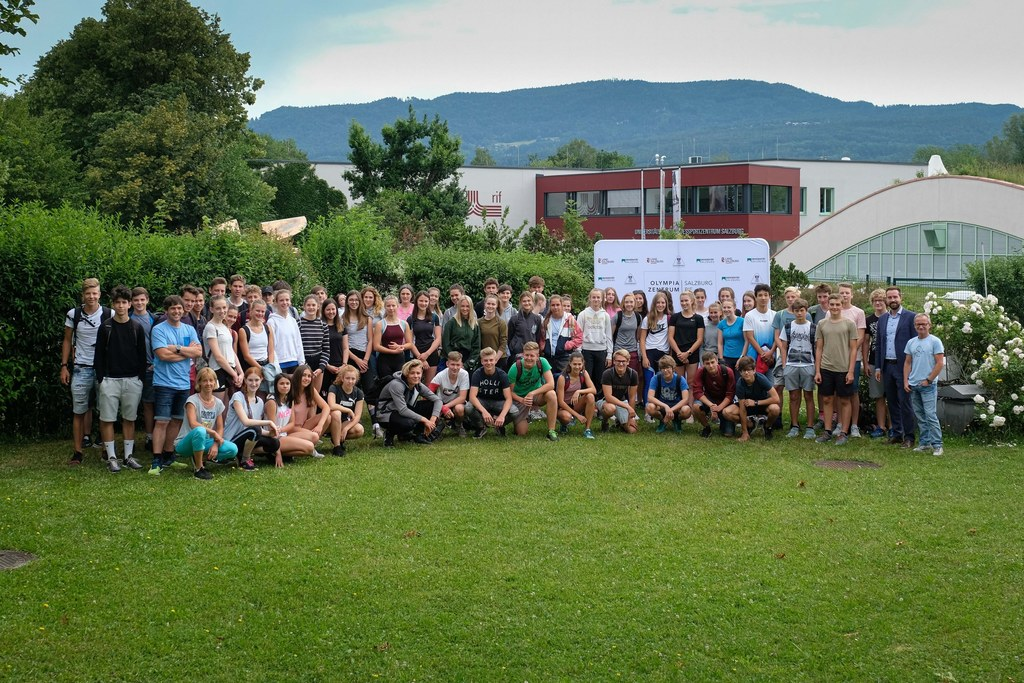 LR Stefan Schnöll traf die Schüler beim Olympic Day im Olympiazentrum Salzburg-Rif.
