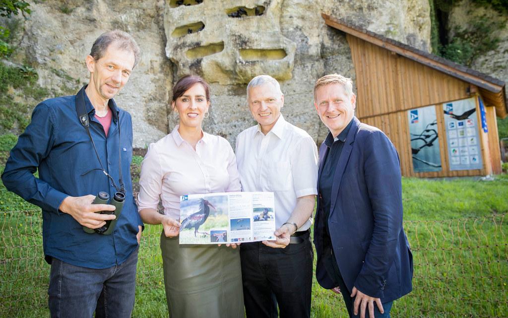Johannes Fritz vom Waldrappteam, LR Maria Hutter, Landesveterinärdirektor Josef ..