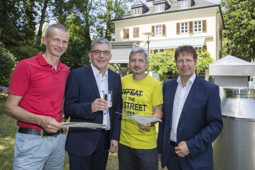Anstoßen auf die neue Trinkwasser-Prognose: Bernd Niedermoser (ZAMG), LR Josef S..
