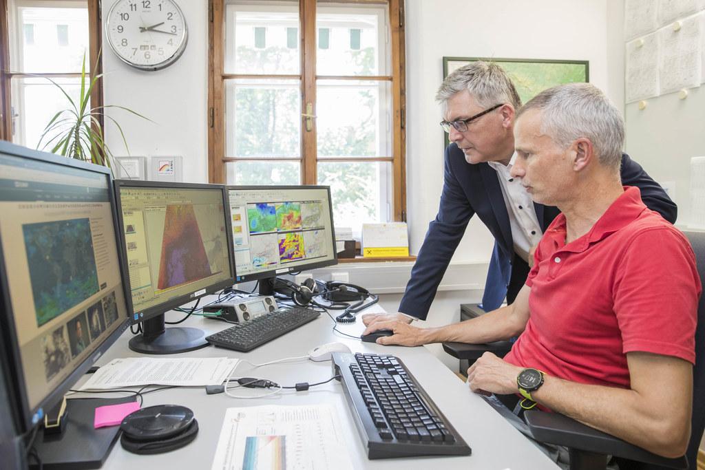 LR Josef Schwaiger mit dem Salzburger ZAMG-Leiter Bernd Niedermoser, hier auf einem Archivbild, beim Auswerten der monatlichen Trinkwasserprognose.