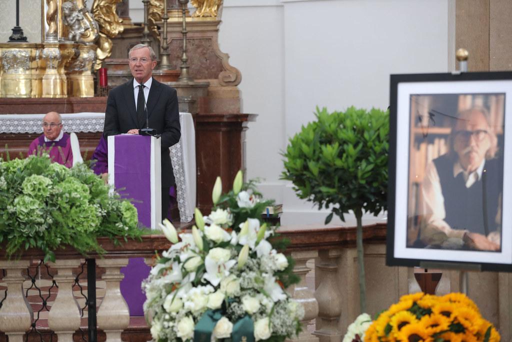 LH Wilfried Haslauer beim Requiem für Architekt Wilhelm Holzbauer.