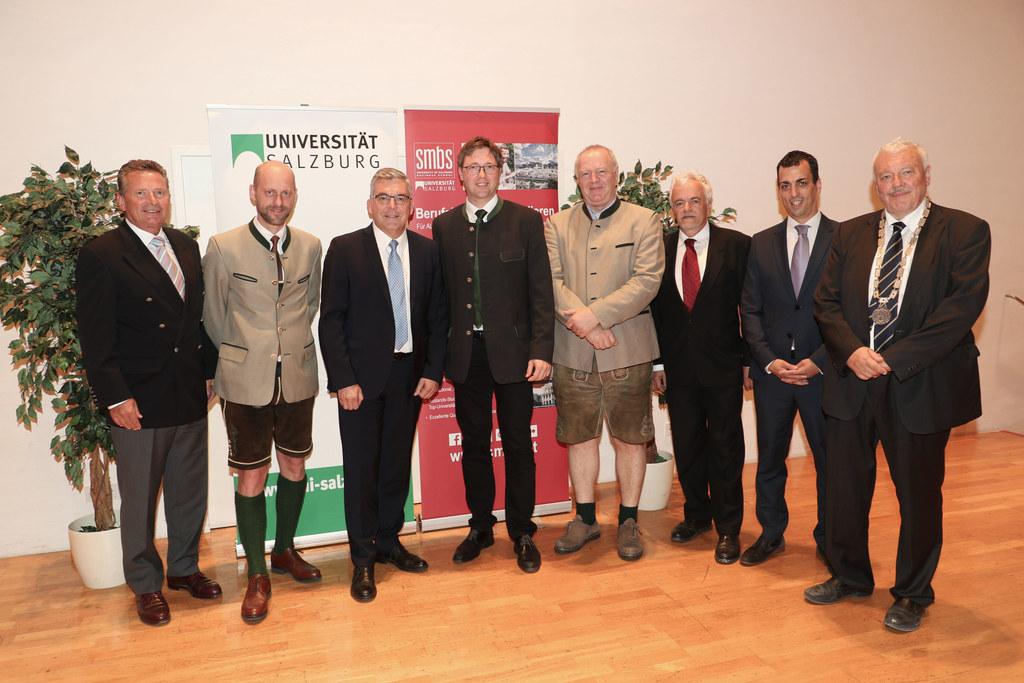 Bei der Masterfeier 2019 der SMBS dankte LR Josef Schwaiger (3. v.l., hier im Bild mit den Absolventen der Landwirtschaftskammer) dem Leiter der Verwaltungsakademie und SMBS-GF Gerhard Aumayr (l.) für sein Wirken.