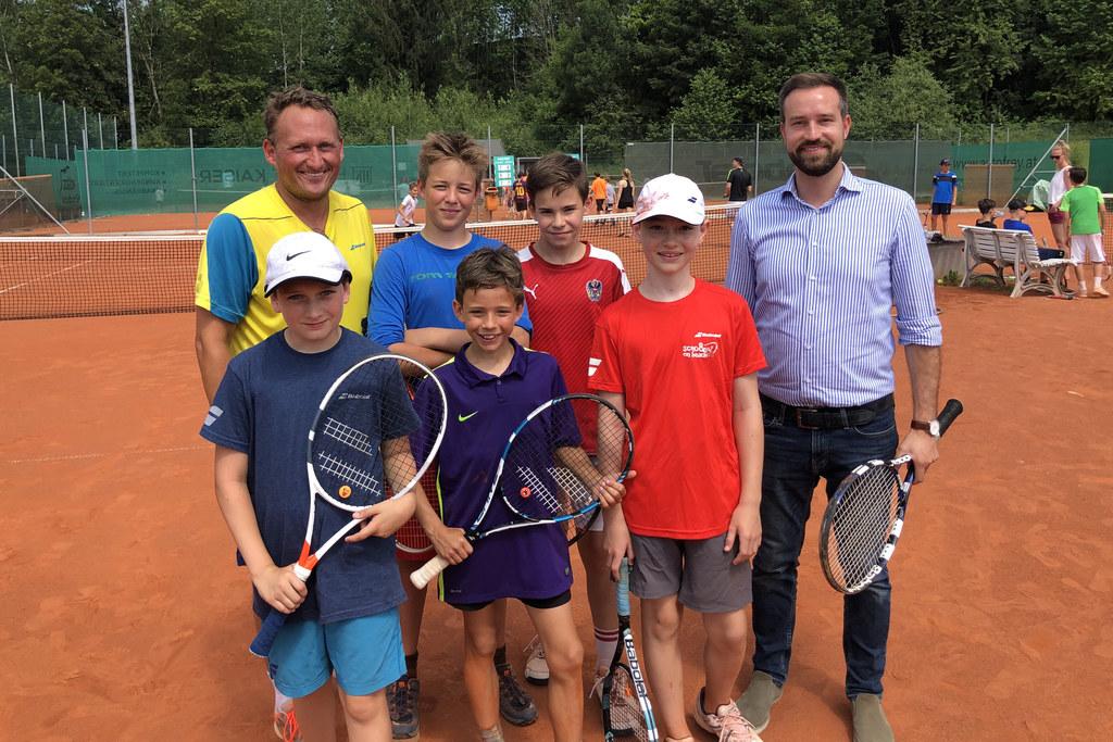 """Tennis ist cool, sind sich die jungen Teilnehmer der Aktion """"School on Beach"""", L.."""