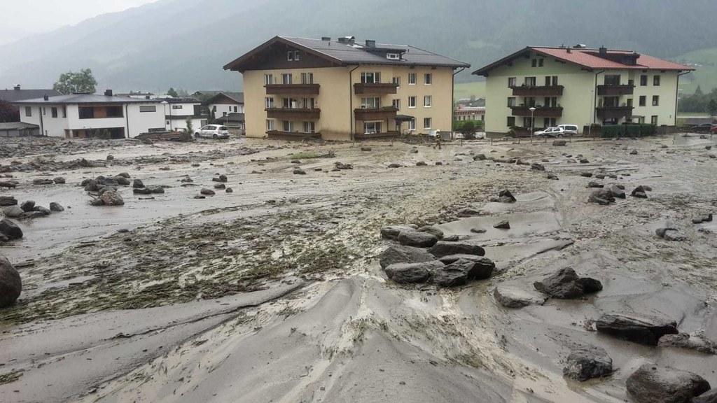 Der Manlitzbach in Uttendorf ist über die Ufer getreten und hat massive Schäden ..
