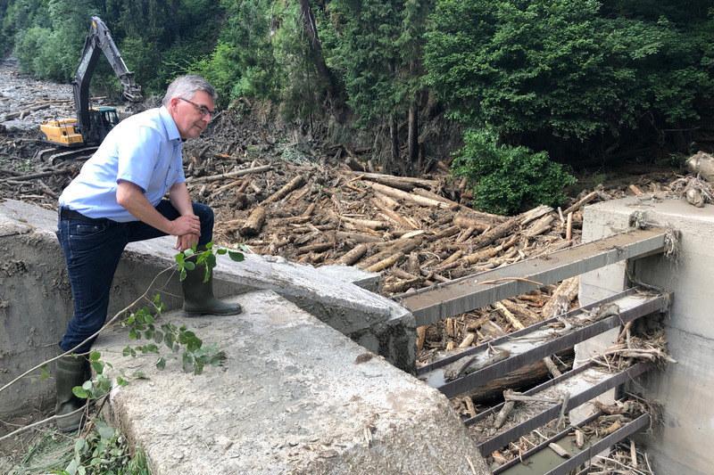 LR Josef Schwaiger bei einem Lokalaugenschein zu den Unwetterschäden in Uttendorf im Juli 2019.