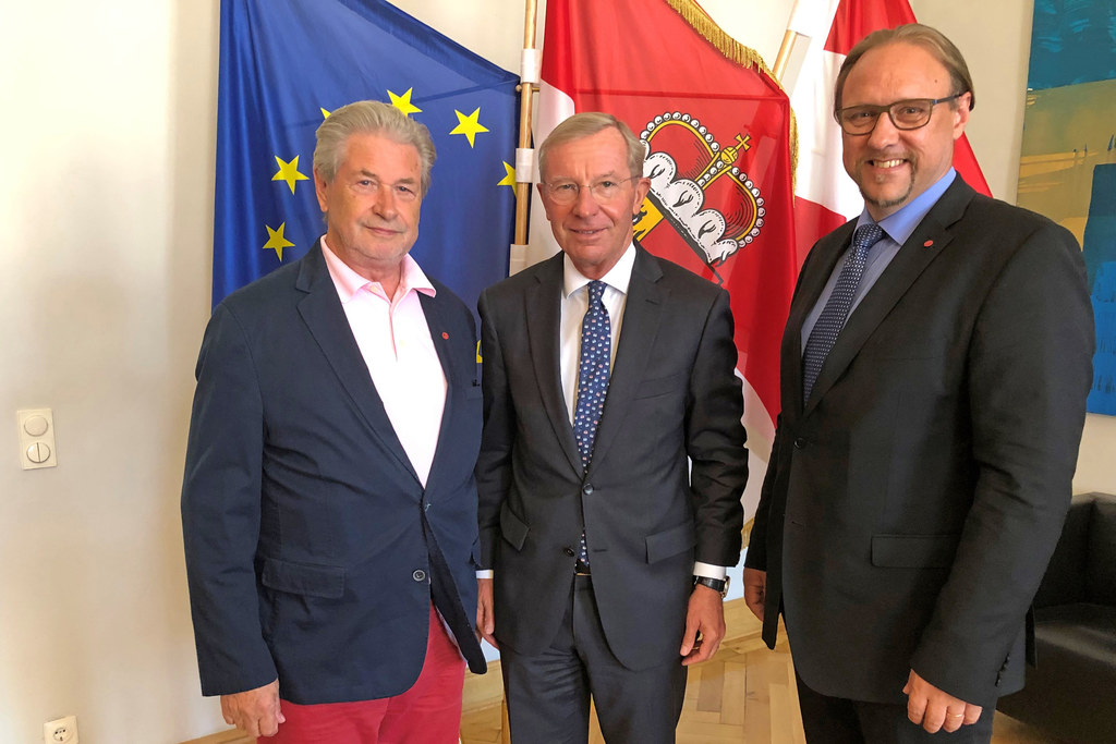 Der alte und neue Präsident der Salzburger Pfadfinder zu Besuch bei LH Wilfried ..