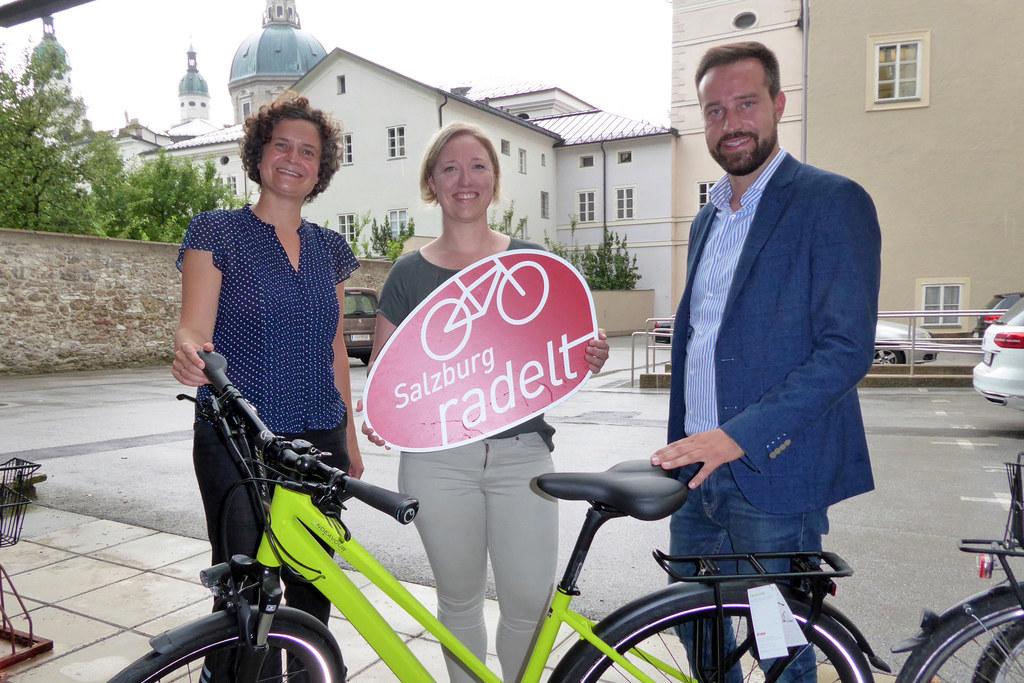 """Preisübergabe """"Salzburg radelt"""": Sabine Wendtner (Klimabündnis), Gewinnerin Chri.."""