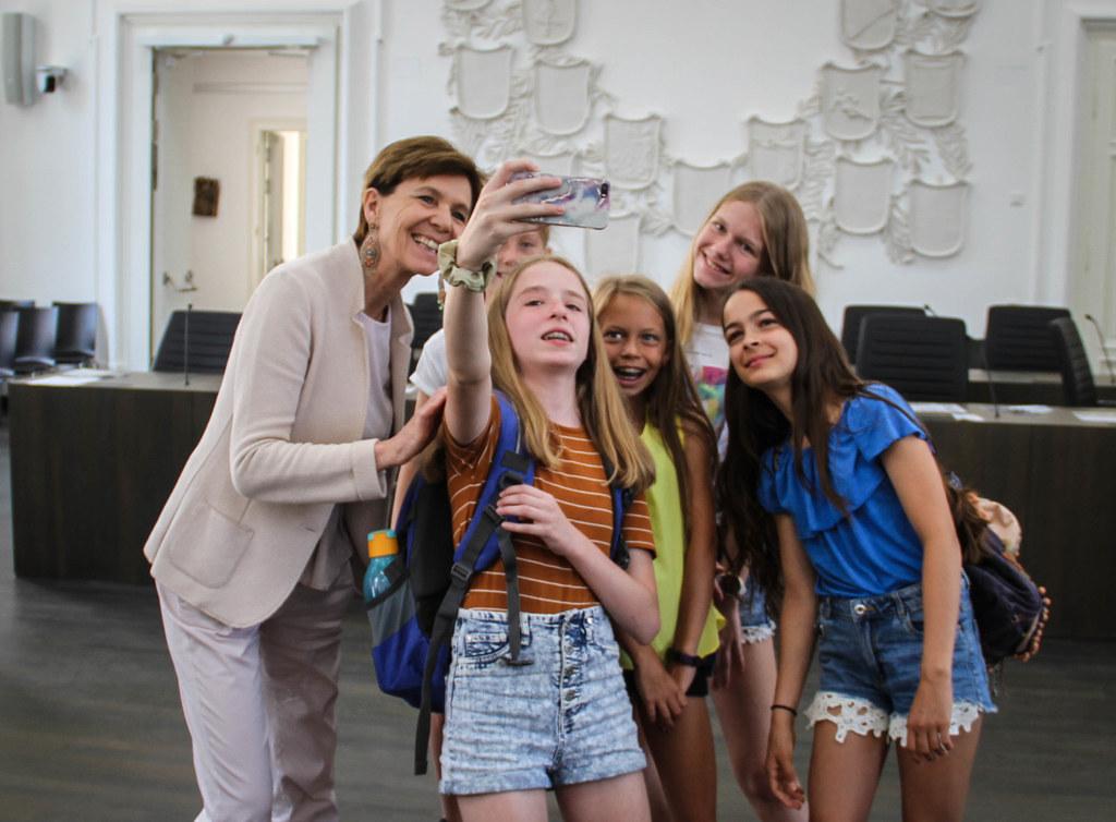 Landtagspräsidentin Brigitta Pallauf will die Jugend für Politik begeistern und ..