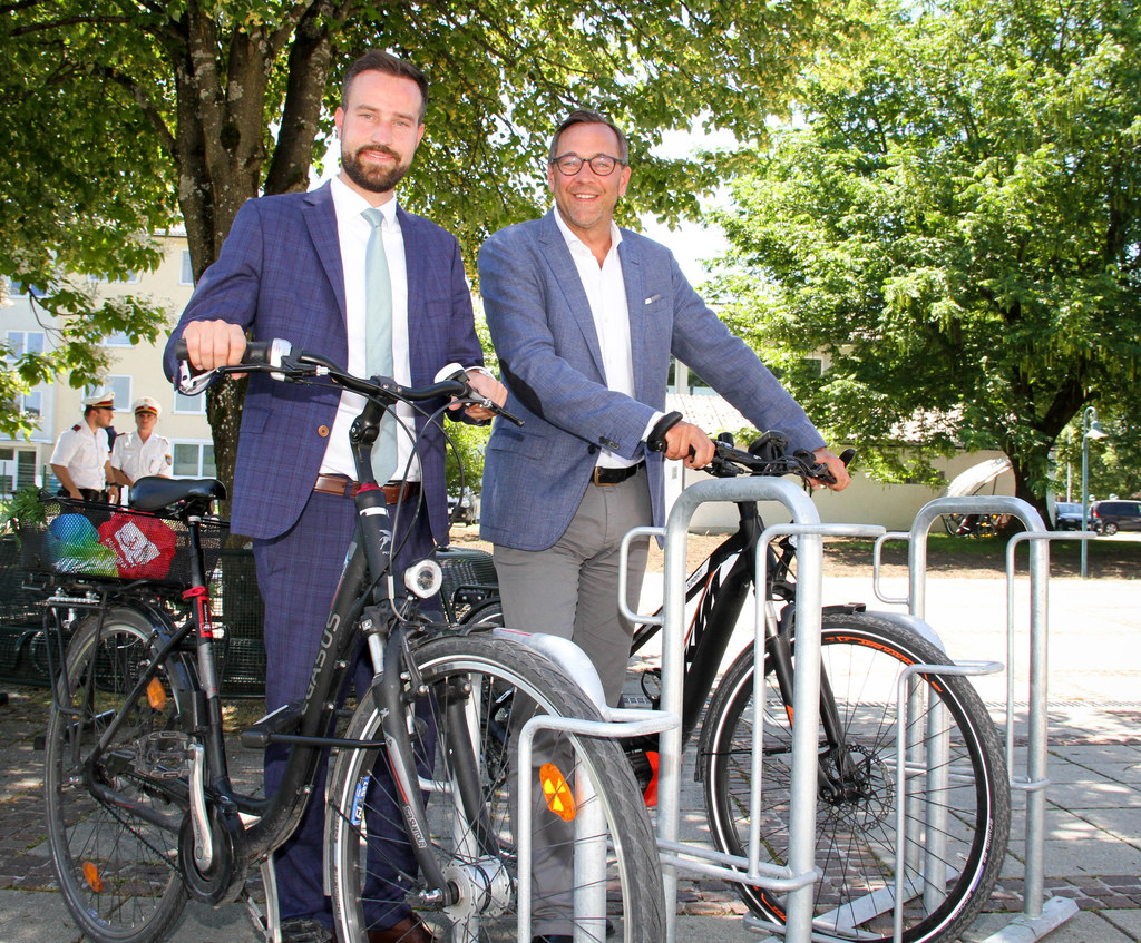 LR Stefan Schnöll und Bergheims Bgm. Robert Bukovc testen den modernen Radstände..