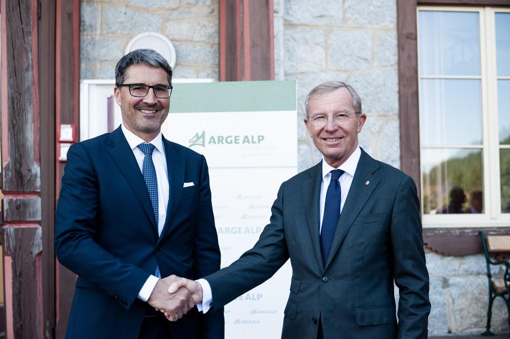 Ein Jahr lang hat LH Wilfried Haslauer (re.) nun den Vorsitz in der Arge Alp. Er..