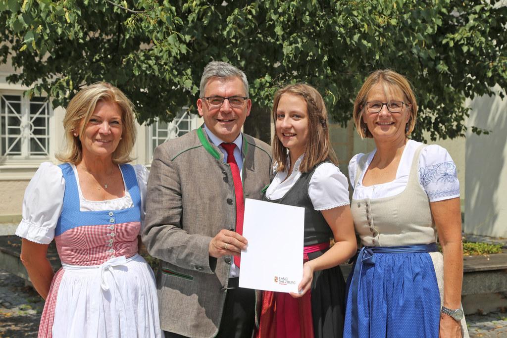 LR Josef Schwaiger überreichte heuer den Rostock-Preis an Anja Höckner von der L..