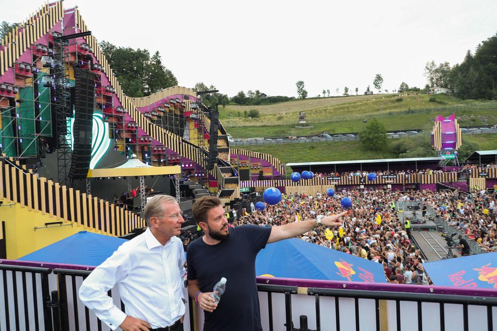 LH Wilfried Haslauer und Festival-Organisator Manuel Reifenauer beim Rundgang über Gelände des Electric Love.