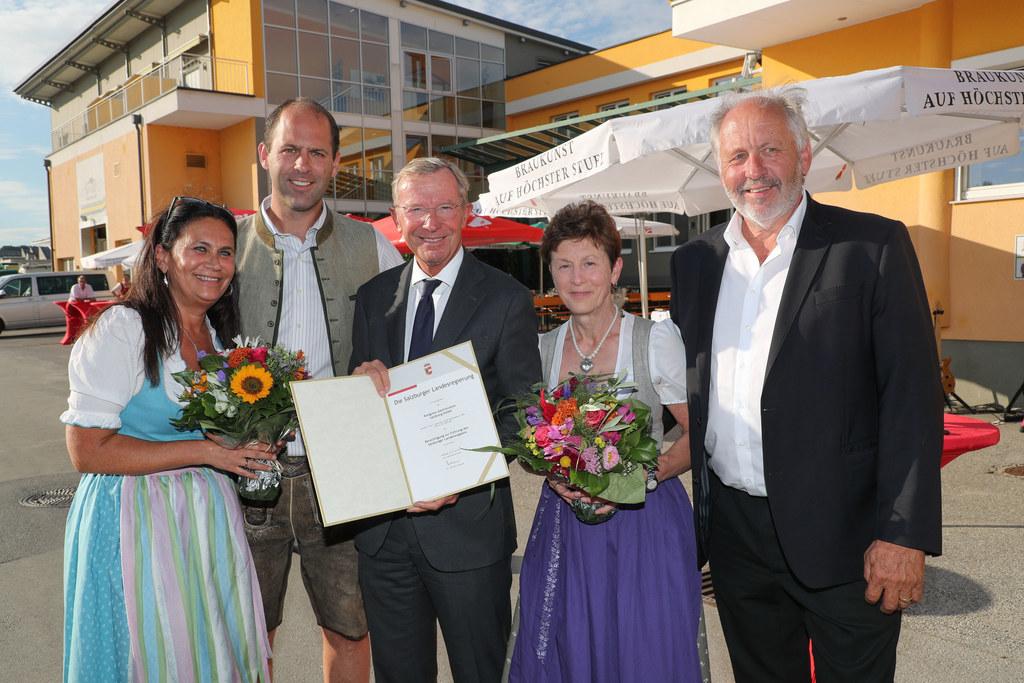 LH Wilfried Haslauer überreichte der Cateringfirma Kongresss Gastronomie die Ber..