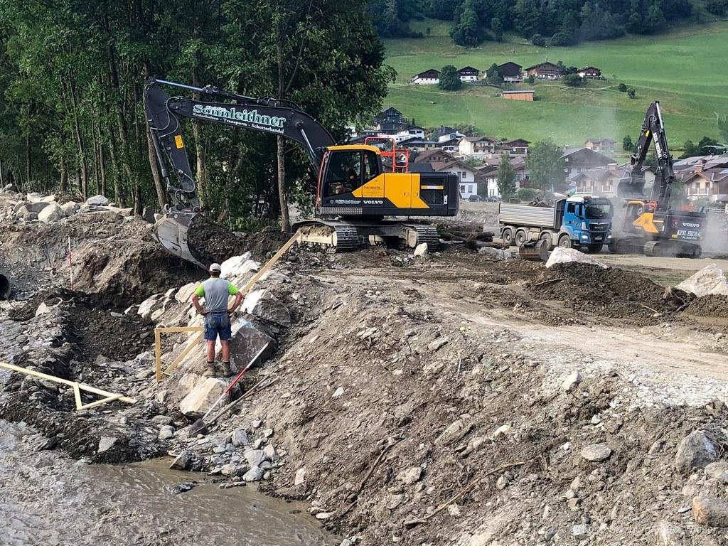 Mehr als 70 Großgeräte sind in Uttendorf im Einsatz. Die Wildbach- und Lawinenve..