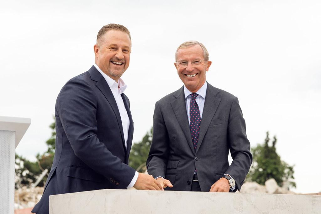 LH Wilfried Haslauer (re.) und der CEO der BMW Group, Neil Fiorentinos, bei der ..
