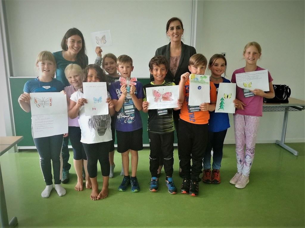 Die Talente bei der Jungen Uni präsentieren mit LR Maria Hutter stolz ihre Ergeb..