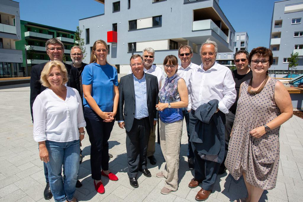 Quartier Riedenburg: LR Andrea Klambauer (4.v.l.) bei der Wohnungsübergabe vor d..