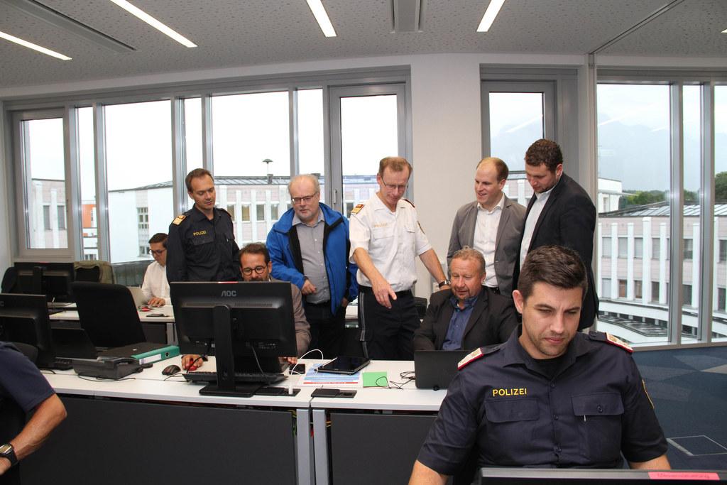 Ferienregelung für die A10: Im Stabsraum der Landespolizeidirektion laufen die F..