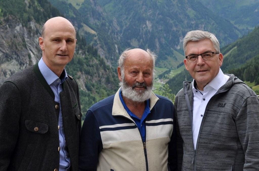 LR Josef Schwaiger und Hubert Stock (Wolfsbeauftragter) im Gespräch mit Rupert Prommegger, einer der betroffenen Almbauern.