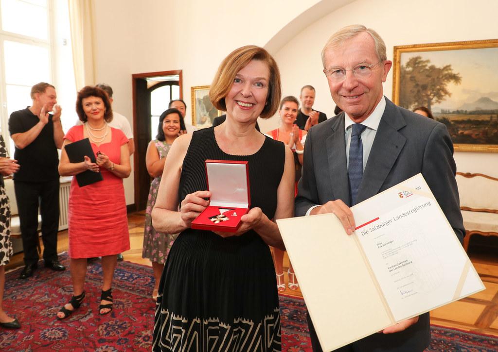LH Wilfried Haslauer zeichnet Eva Schweiger vom Wiener Staatsopernchor mit dem V..