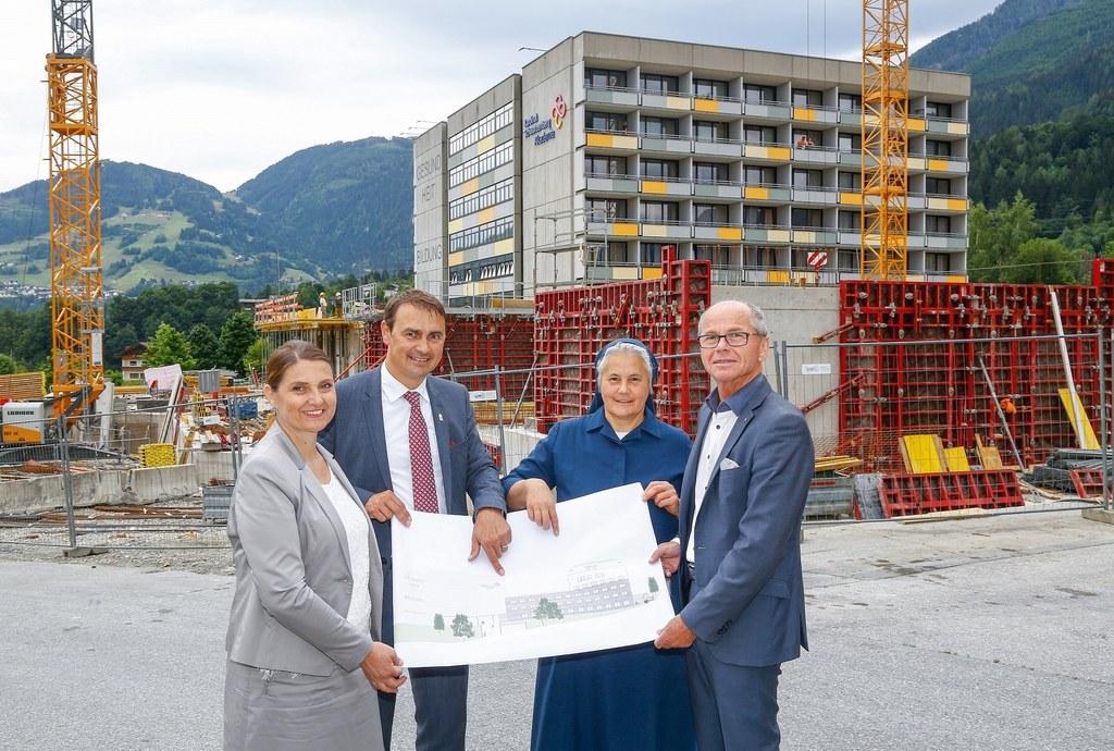 Alles im Plan für das neue FH-Gebäude in Schwarzach. v.l. Agnes Wimmer (Akademie..