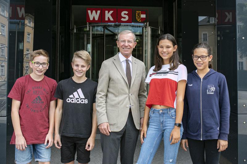 LH Wilfried Haslauer mit dem Technik-Nachwuchs von morgen, v.l. Sebastian, Lukas..