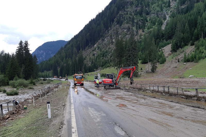 Mitarbeiter der Straßenmeisterei Lungau befreien die B99 von mehreren Muren zwis..