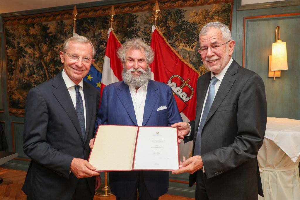 Biopionier Werner Lampert erhielt von BP Van der Bellen und LH Haslauer die Urku..