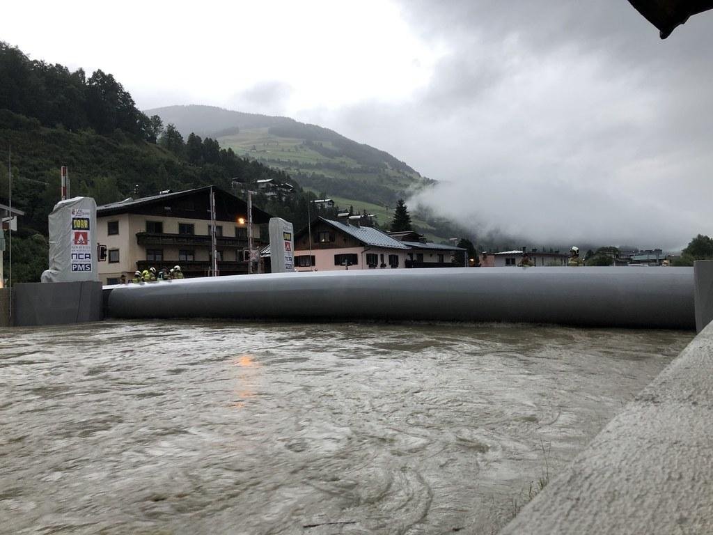 Die Salzach hat in Mittersill die Alarmstufe erreicht. Der Hochwasserschutz wird..