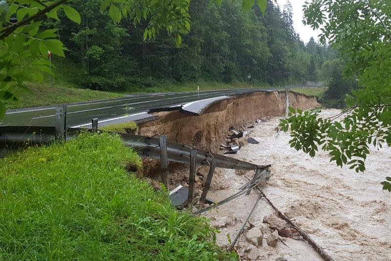 Es geht nicht nur um die zerstörte Neuhausbrücke. Die B166 Paß Gschütt Straße wu..
